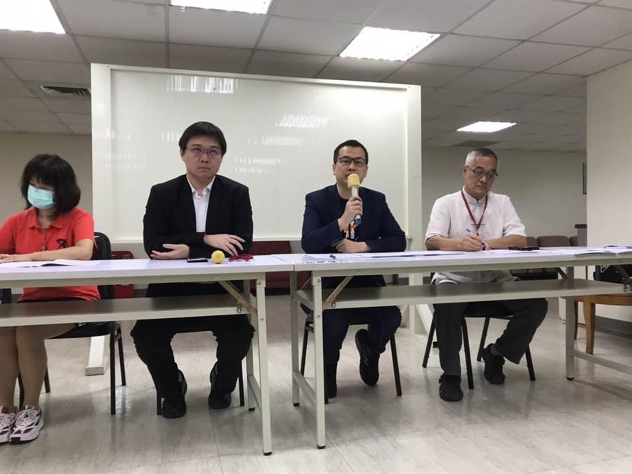 北市議員羅智強今邀集公民團體代表於北市議會舉行記者會。(譚宇哲攝)