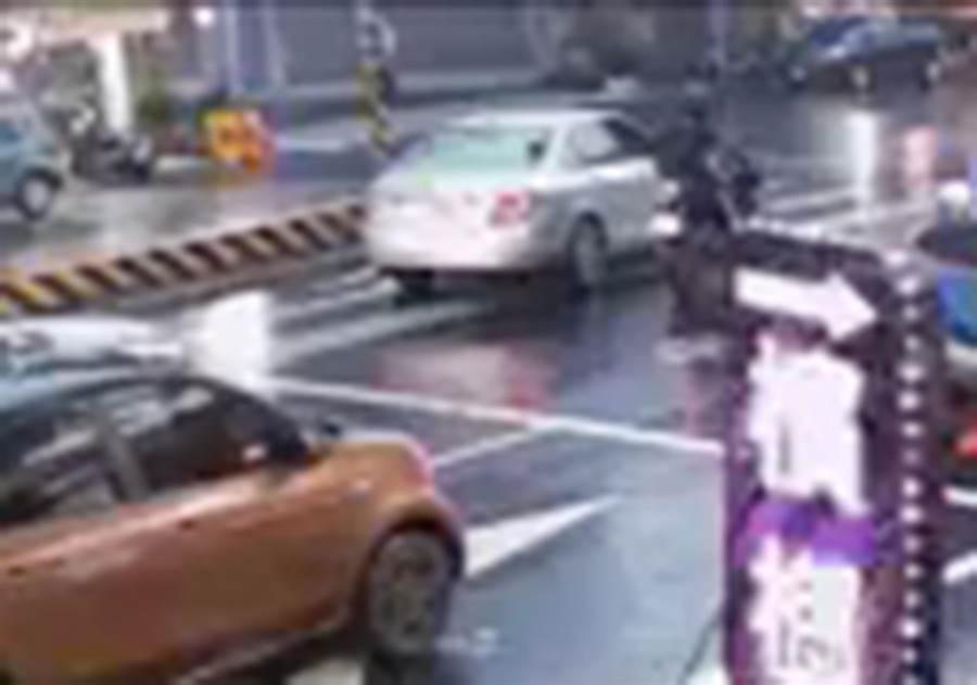 中市大里區28日晚發生機車騎士與汽車駕駛行車糾紛,演變成疑是搶奪刑事案件,圖為機車騎士與汽車駕駛在路口理論。(霧峰分局提供/黃國峰台中傳真)