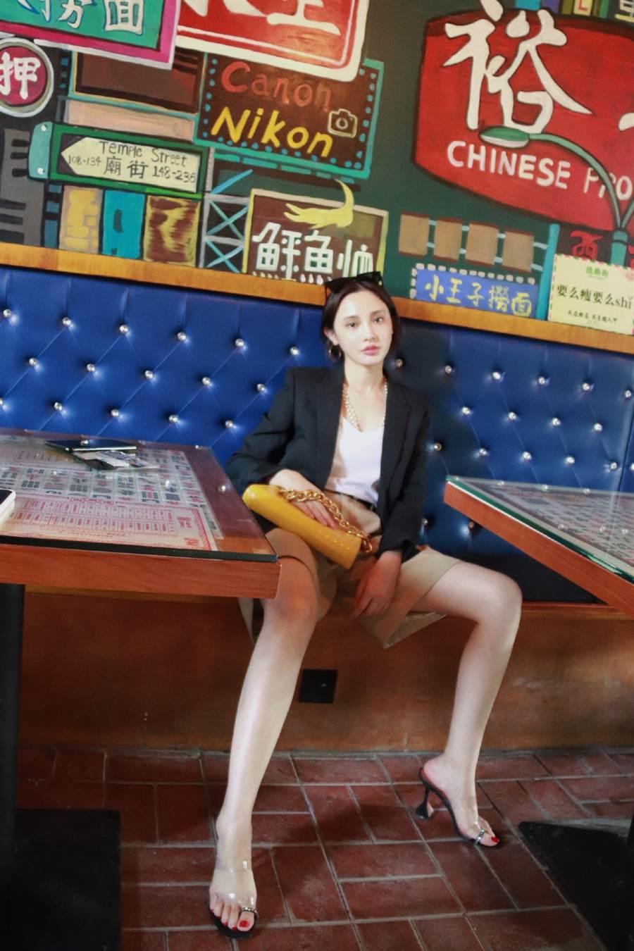 彭小苒西裝藏豐滿U字曲線 逆天辣腿惹人愛(圖/摘自微博@彭小苒工作室)