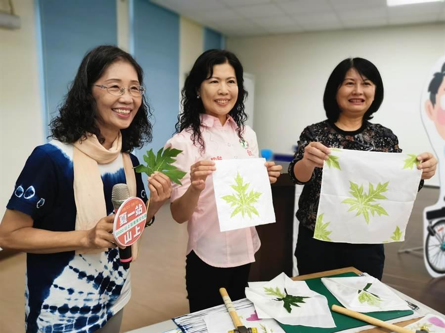 台南市山上區產業文化節推出植物槌染體驗,台南市長夫人劉育菁(右)搶先體驗。(劉秀芬攝)