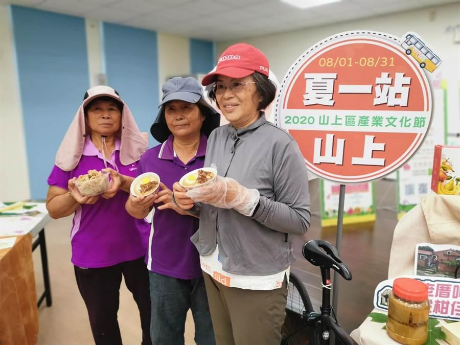 台南市山上區產業文化節8月1日至31日登場,周周推出不同主題活動,1日開幕及29日還有熱鬧市集,展售在地特色小吃。(劉秀芬攝)