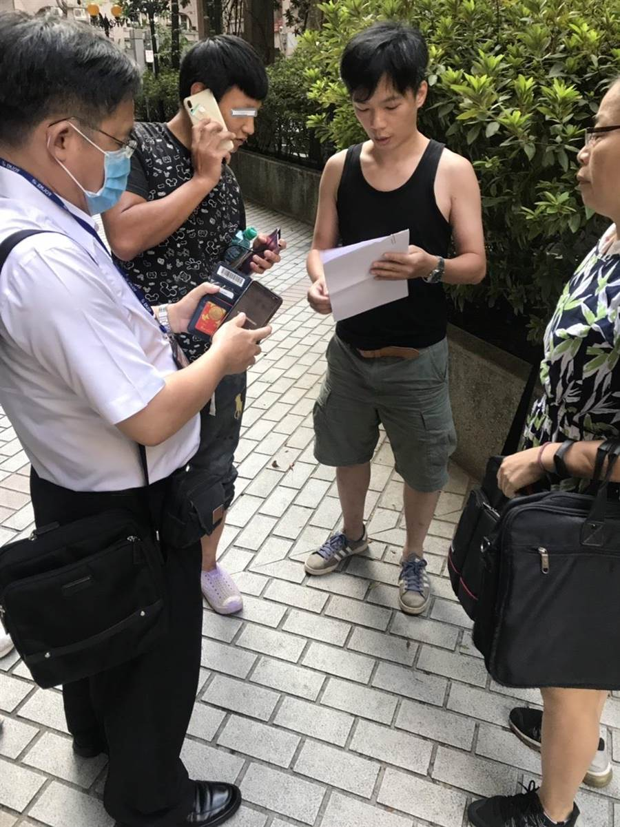 桃園執行分署28日上午7時在桃園某社區內拘獲準備上工的李男。(翻攝照片/蔡依珍桃園傳真)