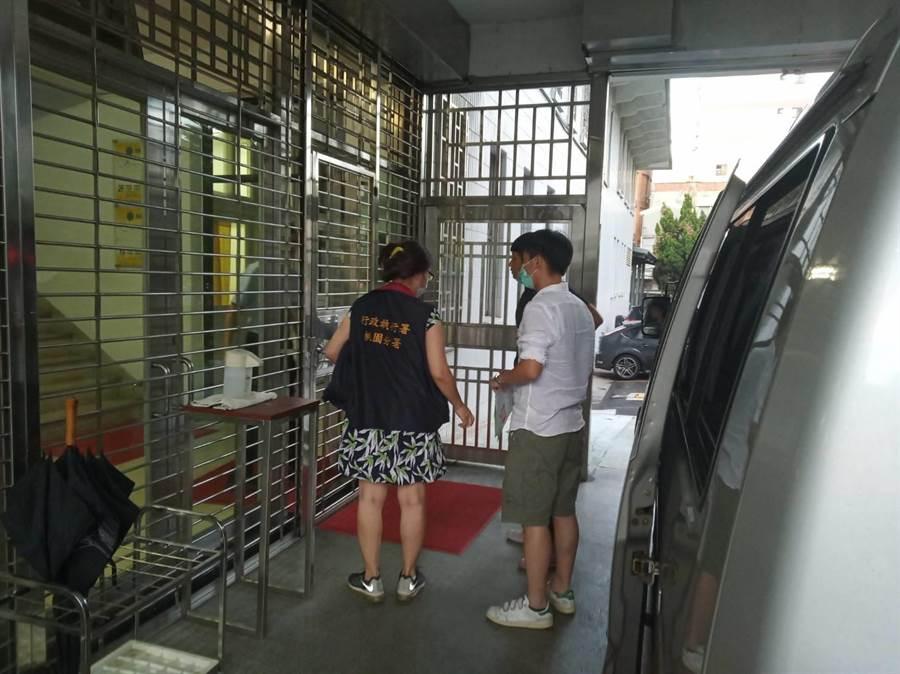 桃園地院28日下午裁定准予管收李男(後),傍晚解送至管收所。(翻攝照片/蔡依珍桃園傳真)
