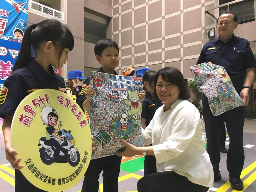 嘉義市長黃敏惠頒發萌警小徽章、小禮物給小小萌警。(廖素慧攝)