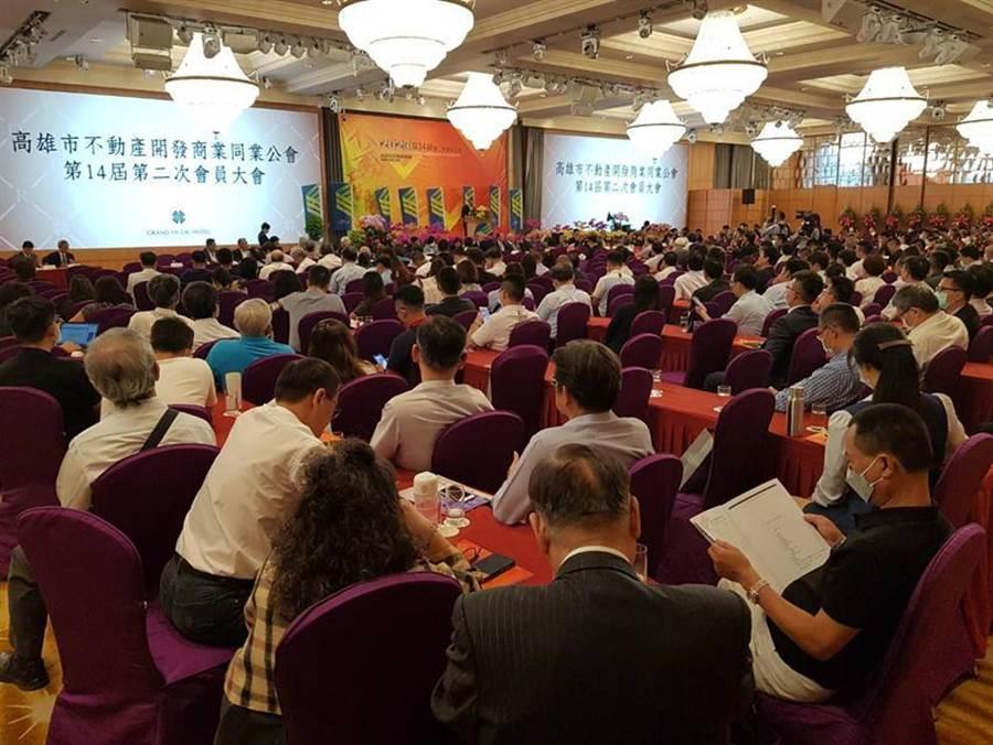 高雄市不動產開發公會29日召開會員代表大會,近千位政商名流與會。(圖/顏瑞田)