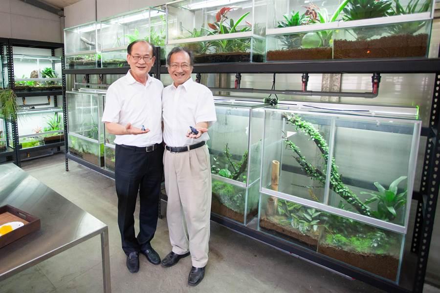 清華大學生科系教授李家維(右)推動青蛙保種計畫,得到清華校友總會理事長蔡進步大力贊助。(清大提供/陳育賢新竹傳真)