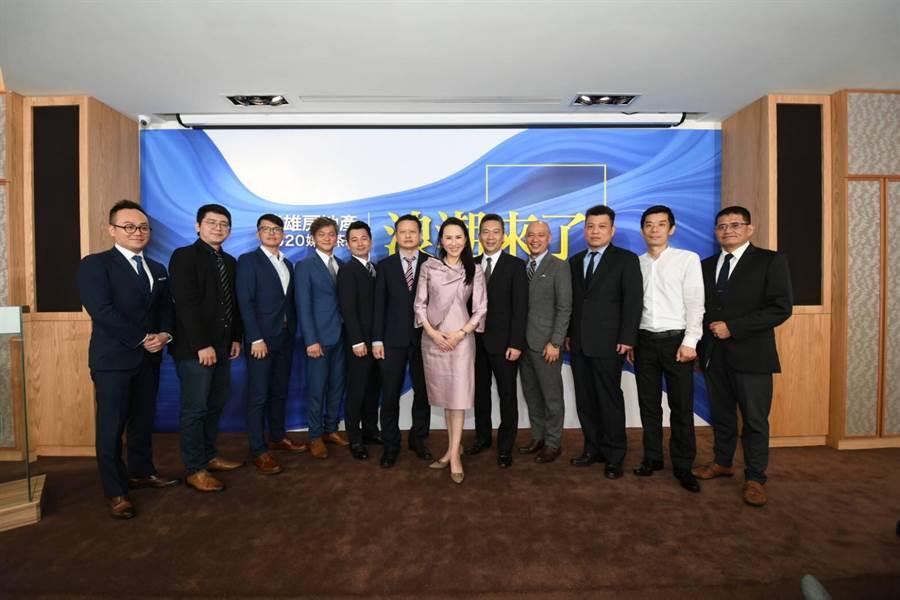 遠雄房地產總經理張麗蓉率領銷售團隊宣布,遠雄上半年一口氣就完銷14個建案。(遠雄提供)