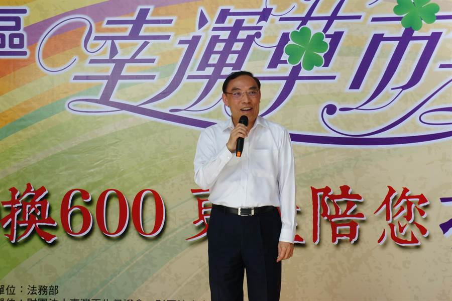 法務部長蔡清祥期盼社會大眾能一起來支持更生人,使用3倍券,前往更生商家消費。(張孝義攝)