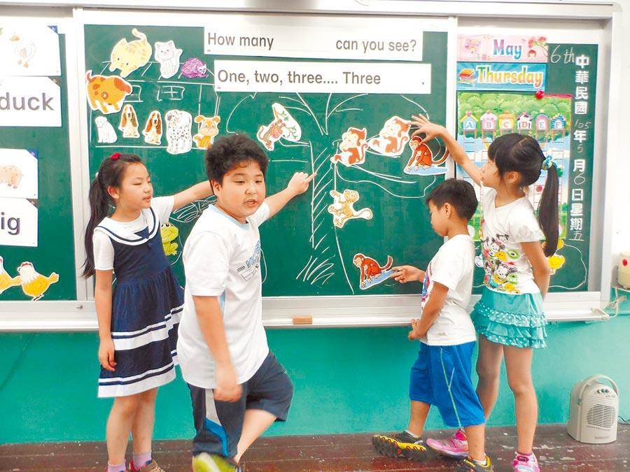 台北市教育局積極推動雙語教育,但師資難尋,今年放寬資格,只要有意願成為正式老師且可用英語教學者,都可報名應試。(本報社資料照片)