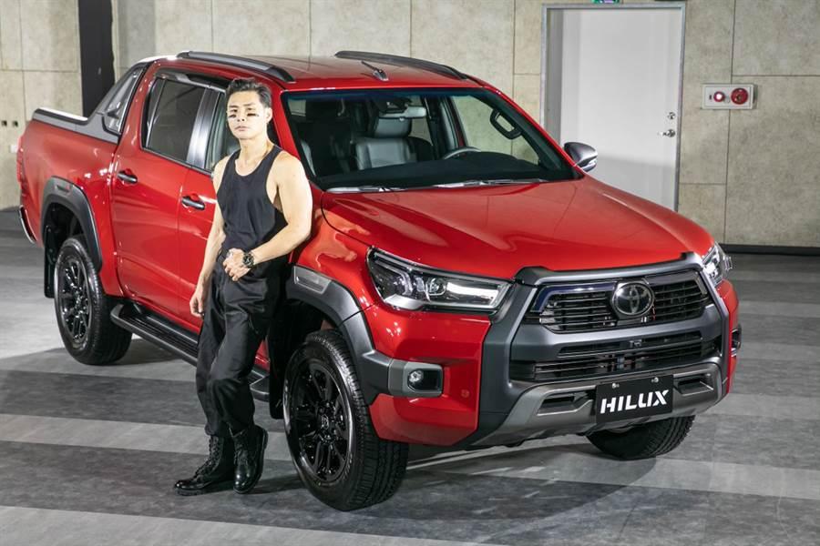 全新HILUX車頭採用整合式進氣壩與水箱護罩設計,搭配大面積的暗銀色下護板,盡顥粗獷本質