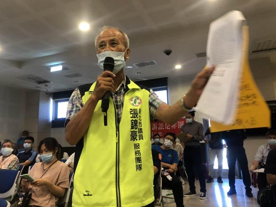 新北議員張錦豪服務處主任李國昌,怒嗆不要回饋金,也要堅決反對核廢。(許家寧攝)