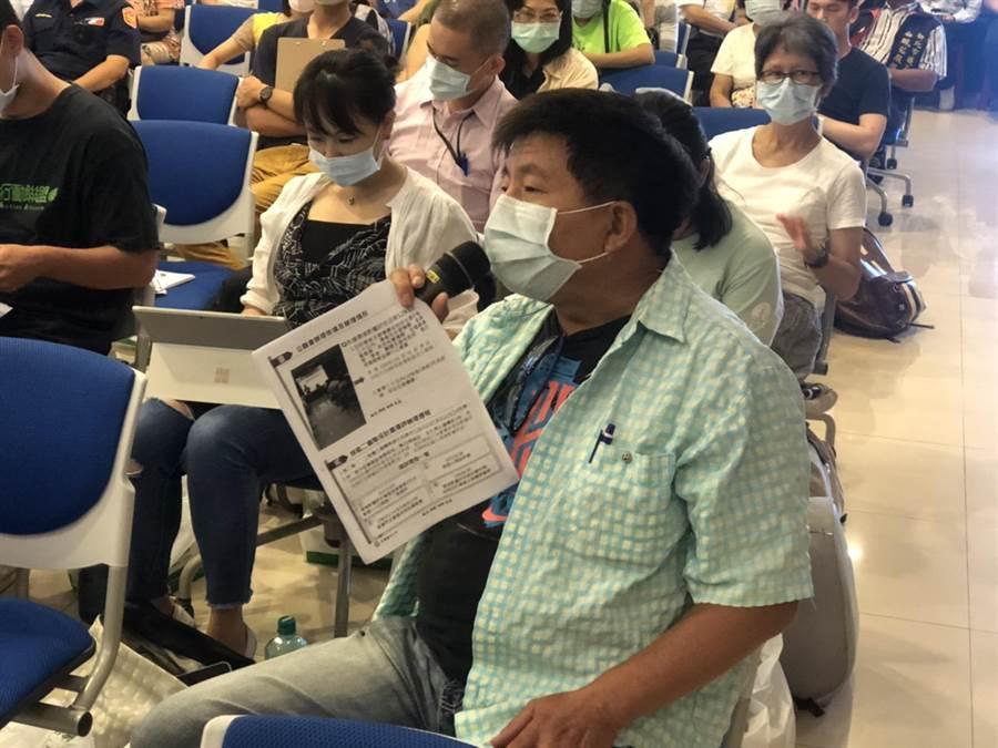 北海岸反核行動聯盟執行長郭慶霖當場吐槽,質疑台電如何保證核廢最終選址不會在新北。(許家寧攝)