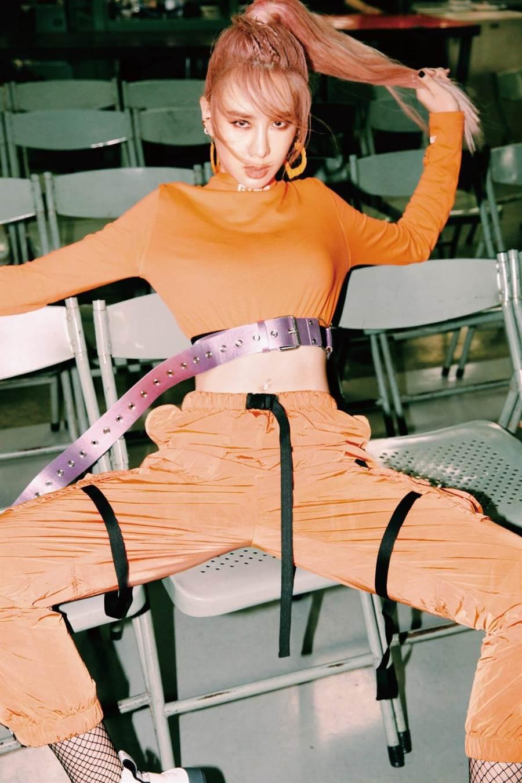 安心亚第二波主打〈爱得起〉MV拍到偷哭却被老师称讚「台版泫雅」 。(环球音乐提供)