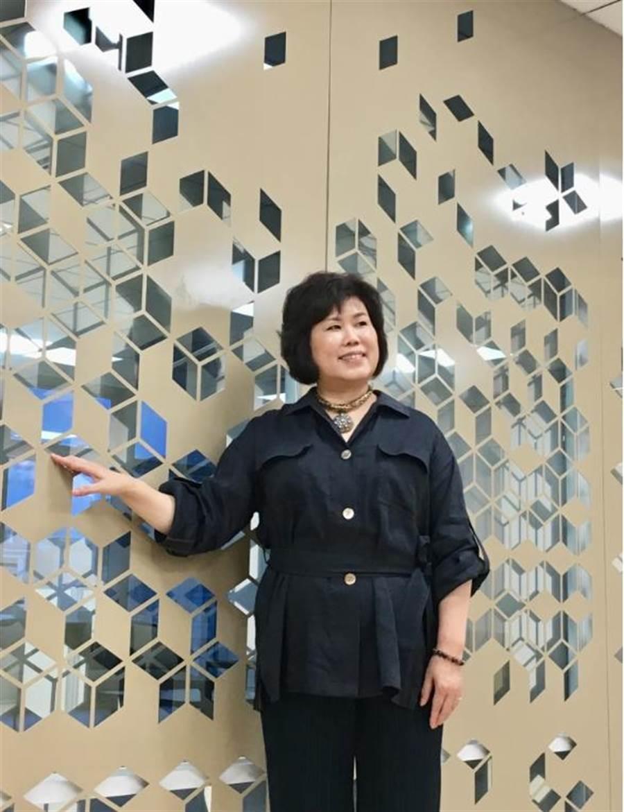 宏匯廣場總經理陳玉寶在自己設計辦公室前,鏤空處象徵鳥巢,與新莊副都心有喜鵲築巢相呼應。(郭家崴攝)
