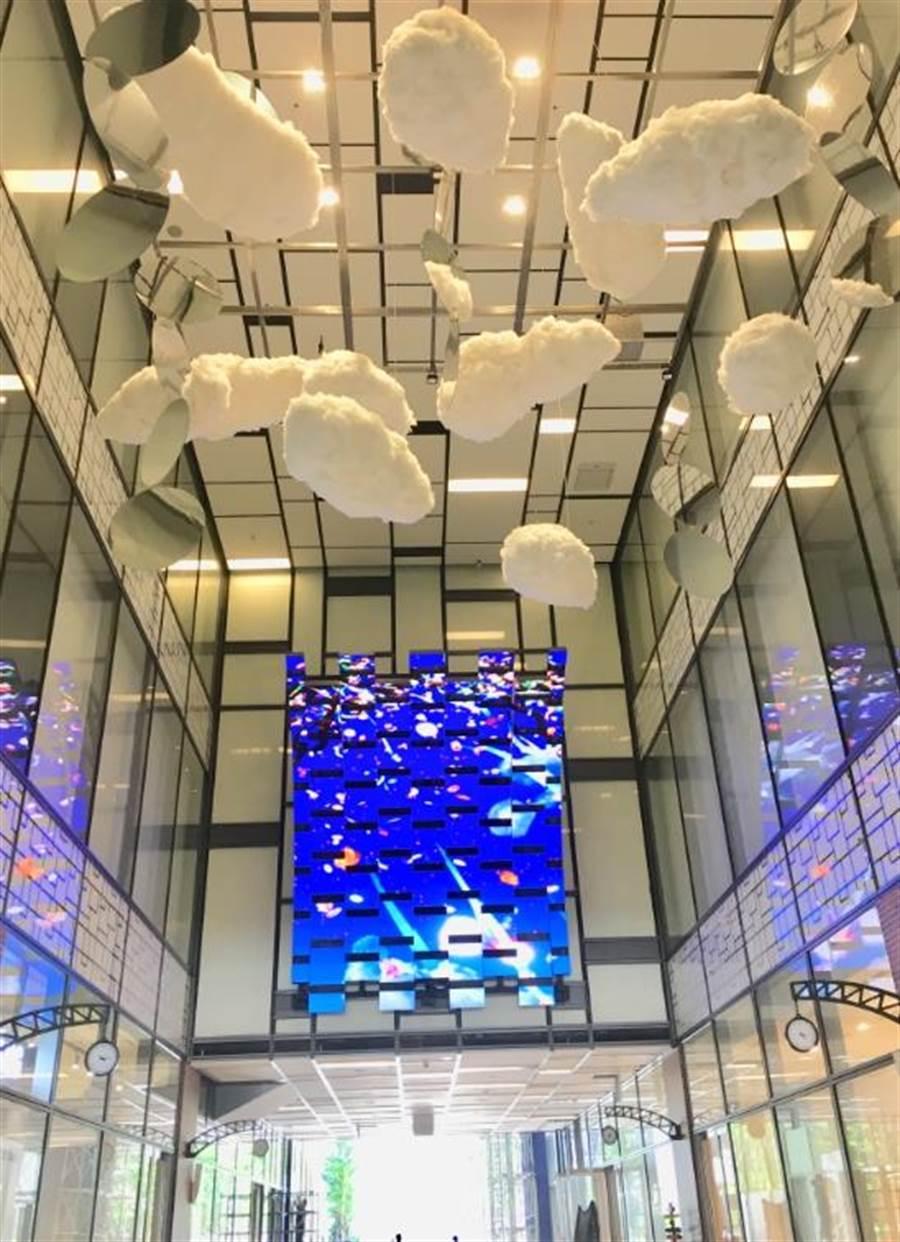 宏匯廣場1樓「咖啡廊道」長85公尺、寬35公尺,由英國設計公司BENOY操刀空間設計,地面有感應點讓顧客可與巨幅螢幕影像互動,是網美打卡點。(郭家崴攝)