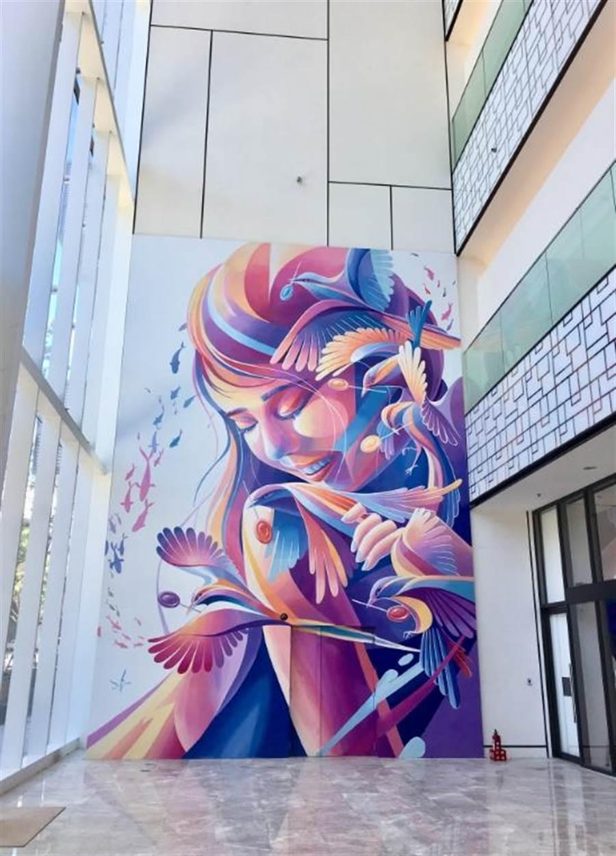 宏匯廣場1樓北大門「夢之巢Dream Nest」9公尺壁畫,出自台灣當代壁畫彩繪藝術家何彥霖LEHO之手,他觀察到機捷新莊副都心站附近有喜鵲築巢,以代表美好事物、棒棒糖象徵渴望,是網美打卡點。(郭家崴攝)