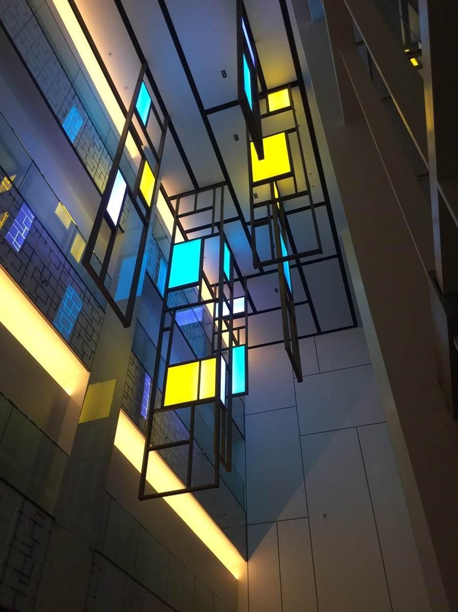 宏匯廣場1樓北大門挑高處可見英國BENOY設計團隊巧思,利用色塊和鏤空格柵串接幾何圖形。(宏匯廣場提供)