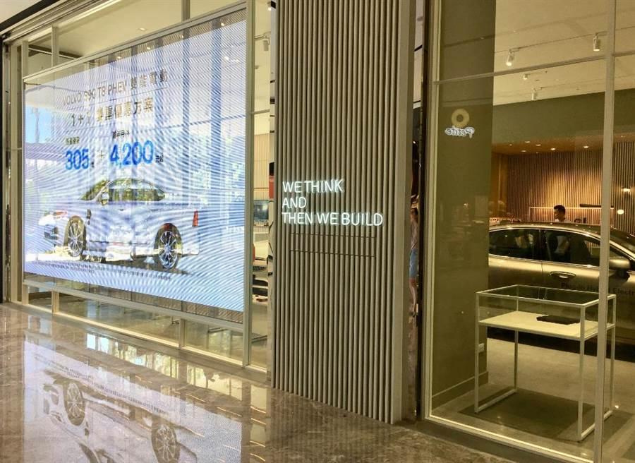 宏匯廣場1樓有新北首家進駐百貨的VOLVO汽車精品展示中心,落地玻璃是具穿透性的顯示螢幕。(郭家崴攝)