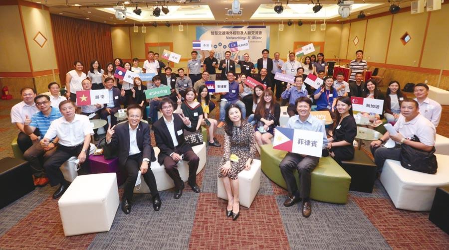 外貿協會處長吳俊澤、副處長吳致儀與智慧交通業者齊聚一堂,分享海外經驗及人脈資訊。圖╱貿協提供