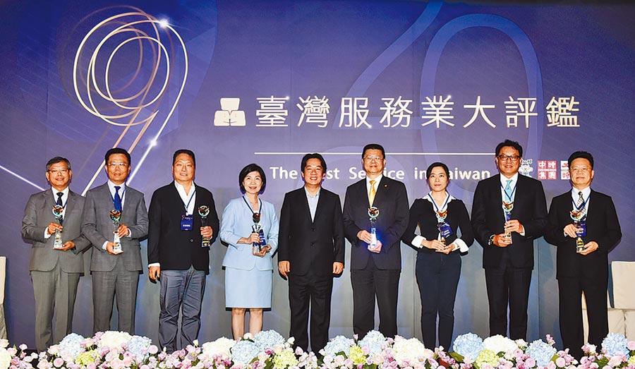 2020台灣服務業大評鑑頒獎典禮28日舉行,出席貴賓副總統賴清德(中)進行頒獎,表揚獲獎企業對服務的熱誠與用心。圖/顏謙隆