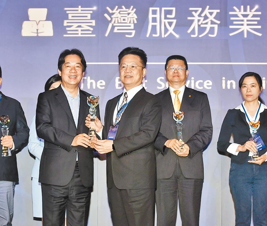2020台灣服務業大評鑑頒獎典禮28日舉行,出席貴賓副總統賴清德(左)頒獎,和運租車總經理謝富來代表領獎。圖/顏謙隆
