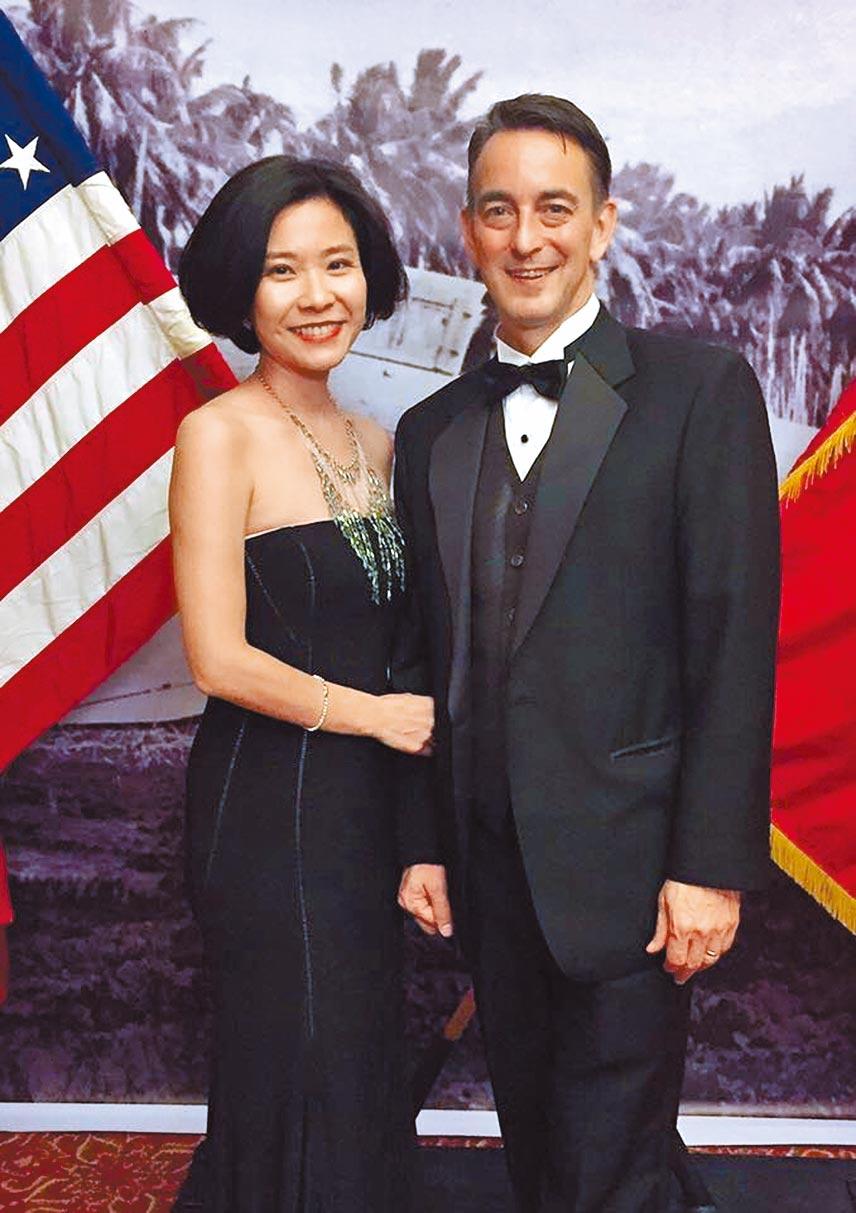 美國駐大陸成都總領事林杰偉(右)的夫人、台灣美食暢銷作家莊祖宜(左),近日成為部分大陸網友出氣的對象。(摘自臉書)