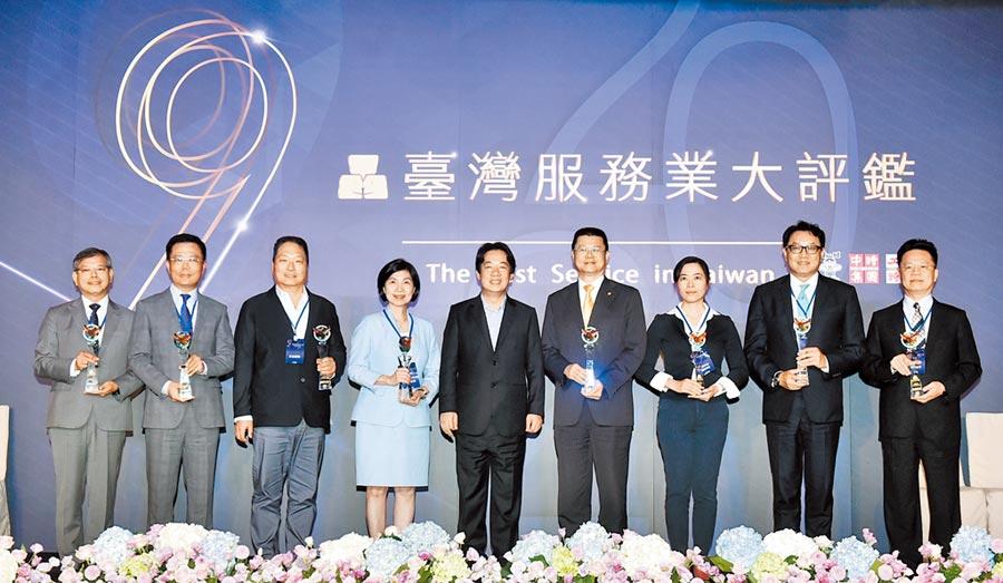 2020台灣服務業大評鑑頒獎典禮28日舉行,出席貴賓副總統賴清德(中)進行頒獎,表揚獲獎企業對服務的熱誠與用心。(顏謙隆攝)