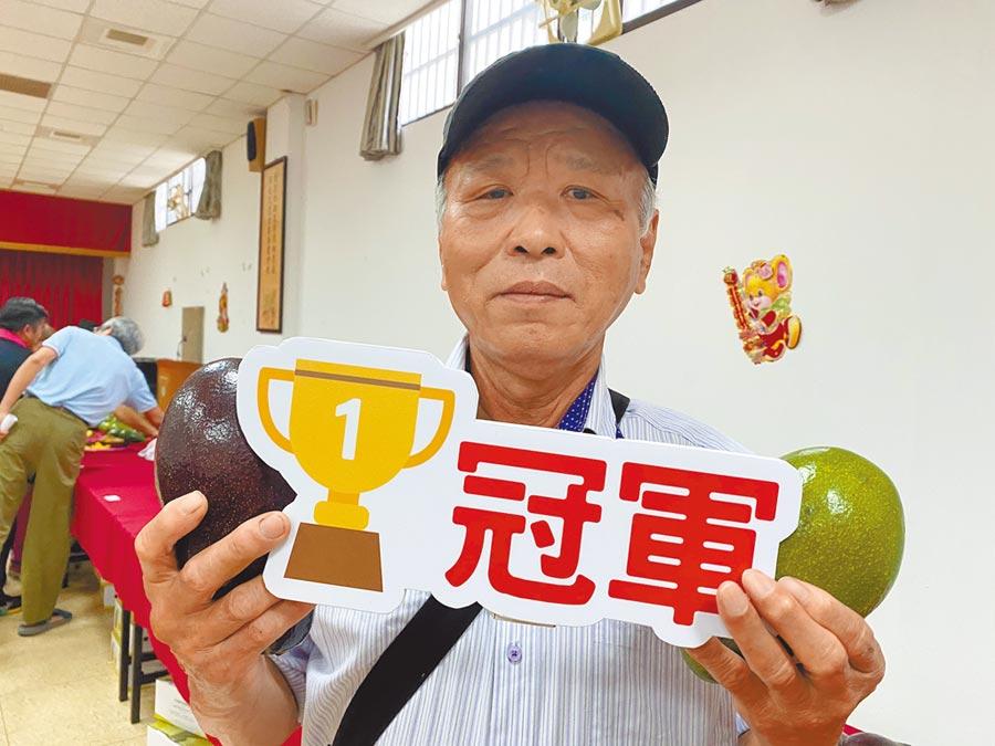 陳永昌今年首度參加嘉義縣竹崎地區農會酪梨評鑑就拿下冠軍。(張亦惠攝)