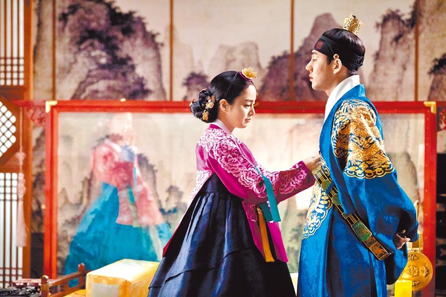 劉亞仁(右)劇中飾演第19代朝鮮君主肅宗李焞,和金泰希飾演的張玉貞譜戀曲。(中天娛樂台提供)