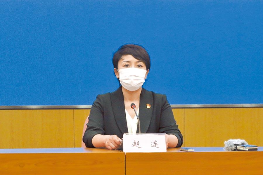 大連衛生健康委員會副主任趙連在發布會上通報確診病例。(中新社)