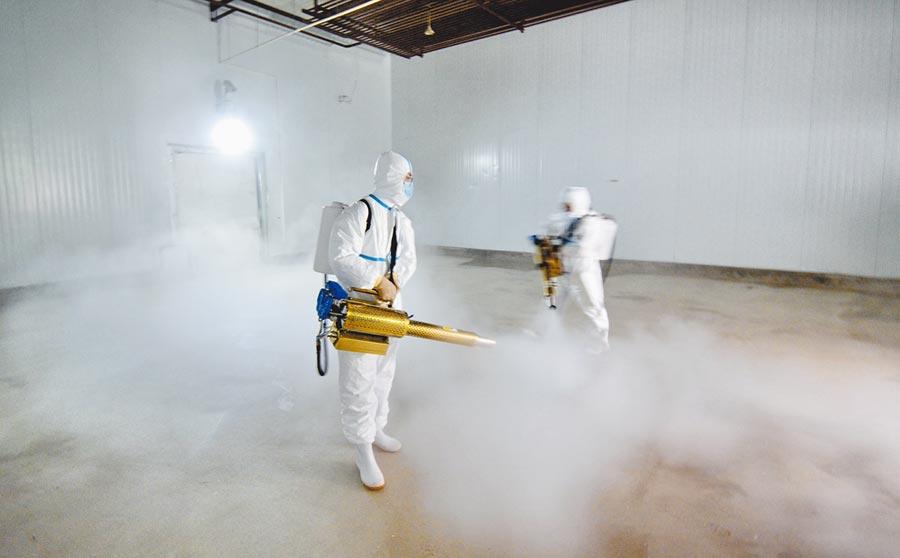 大陸防疫從源頭把關,圖為7月14日,北京一家食品公司員工對肉類冷藏庫房進行全面消毒。(新華社)