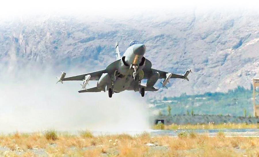 巴基斯坦空軍的JF-17戰機從斯卡杜基地起飛。(取自環球網)