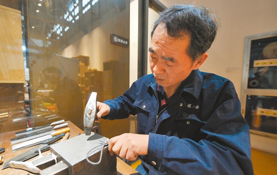 張小泉剪刀傳承人丁紀燦手工鍛造剪刀。(中新社資料照片)