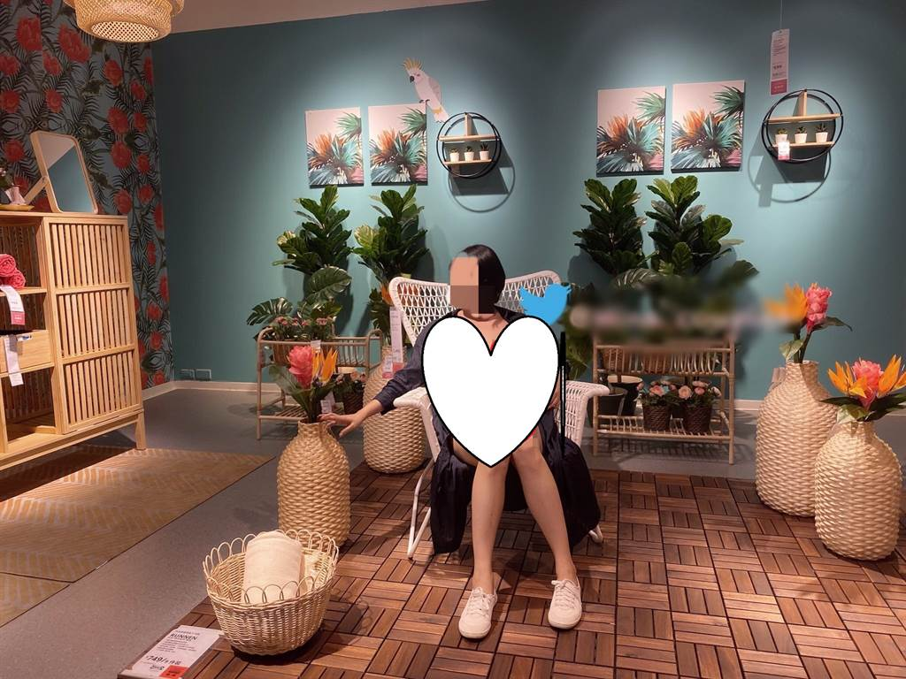 「台中米娜」PO露點照,還歡迎同好粉絲斗內支持。(圖/翻攝自推特)