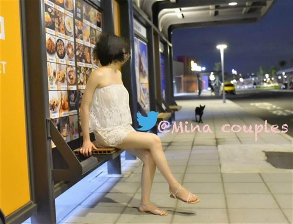 「台中米娜」曾在三井OUTLET拍照,但穿著透視白色洋裝未露點。(圖/翻攝自推特)