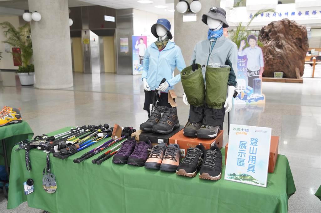 谷關七雄完登活動記者會現場展示登山用具。(王文吉攝)