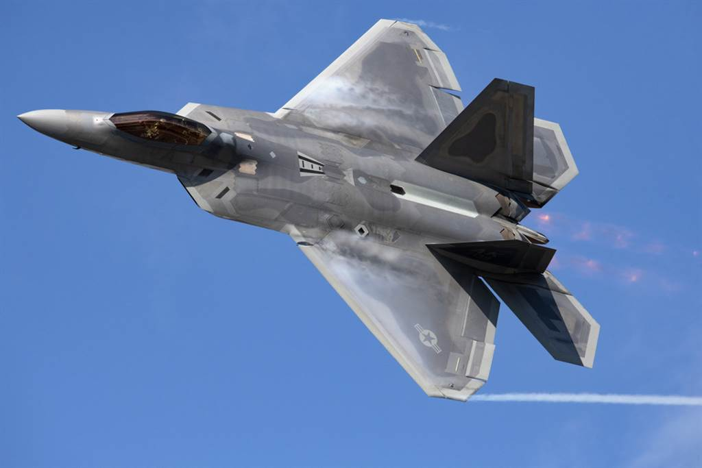 美国空军F-22战机2020年7月9日在阿拉斯加州爱尔门道夫与李察逊联合基地(Joint Base Elmendorf-Richardson)上空飞行的画面。(美国空军)