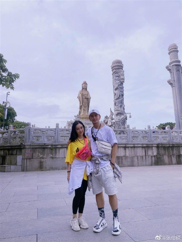 張倫碩被網直擊,與鍾麗緹到以求子聞名的廟宇祈福。(圖/取材自張倫碩微博)