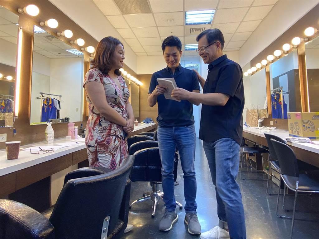 國民黨立委陳玉珍(左)、蔣萬安(中)在化妝間巧遇。(圖/旗楷得勝節目提供)