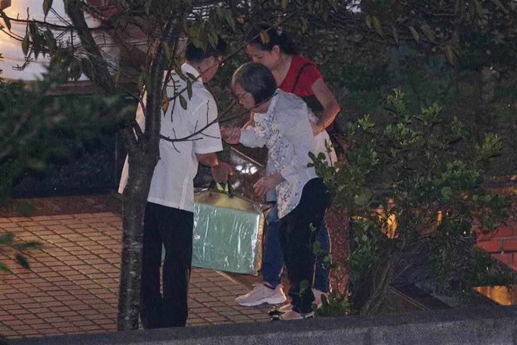 前總統李登輝30日晚間辭世,夫人曾文惠女士晚間11時20分返回翠山莊。(黃世麒攝)