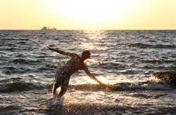 夏天衝海邊踏浪!男子「1舉動」鮮血狂流 網:不敢下水了