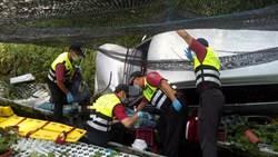 山區道路陡又滑2老人翻車墜邊坡 消防、民眾合力搶救