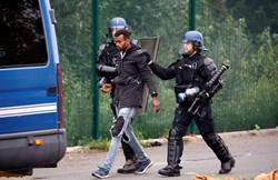 英家庭法國旅行 車頂行李箱驚現2非洲移民