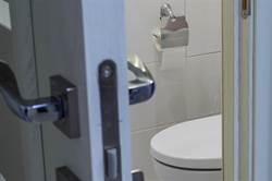 女上廁所隔壁頻傳男性嘆息聲 超毛真相曝光全傻了