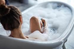 人妻熱愛同性裸體 澡堂偷拍女澡客竟還直播給老公欣賞