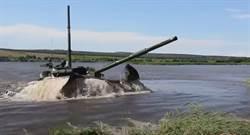 俄國T-72B3戰車 渡河如同潛艇