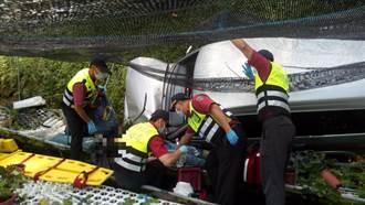山区道路陡又滑2老人翻车坠边坡 消防、民眾合力抢救