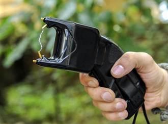 裸男發情猛追女司機 警察電擊槍神救援竟將他電爆了