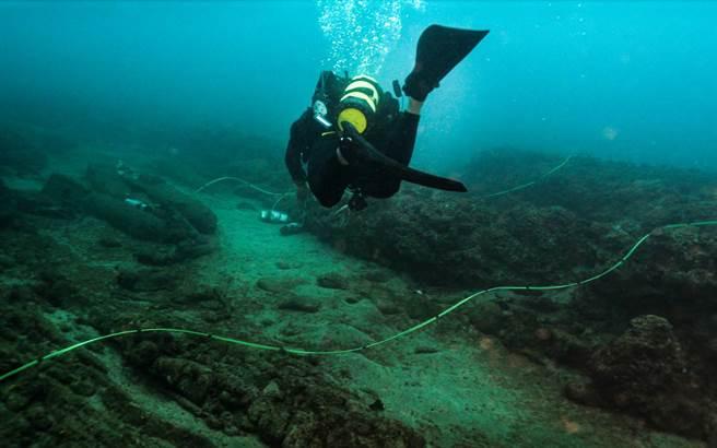 水下作業大隊隊員攜帶炸藥深潛至海中裝置炸藥。(示意圖/軍聞社提供)