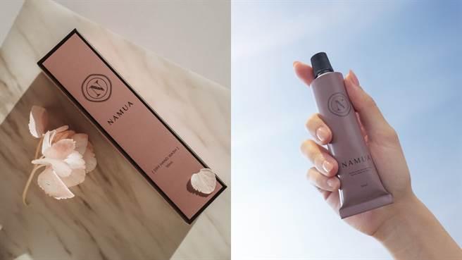 NAMUA那木瓦香氛護手霜,可提昇保濕度,並能幫助亮白肌膚,並兼具保濕及延緩老化功效,同時具有國際有機ECOCERT、COSMOS及NATRUE等認證,成分溫和使用安心。(圖/品牌提供)